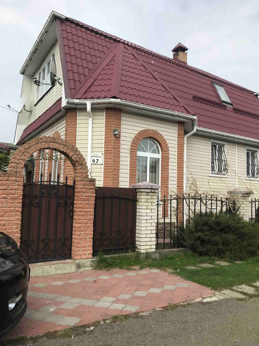 Продам 3 эт.кирпичный дом 125 кв.м. на Оболоне,с.к Зеленый бор,4 сотки земли